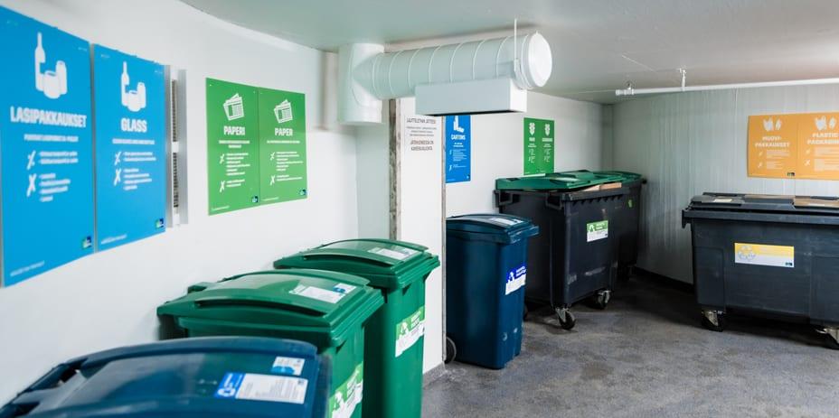 Kierrätys on monen eri toimijan välistä yhteistyötä. Siivoojat kuljettavat yritysten lajittelemat roskat kiinteistön jätehuoneeseen.