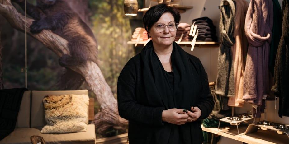 """""""Pahoinvointi maksaa suomalaiselle yhteiskunnalle 25 miljardia eroa joka vuosi, me tarvitsemme kipeästi uudenlaisia voimaantumisen kokemuksia ja paikkoja"""", sanoo Metsä/Skogenin perustaja Carita Peltonen."""