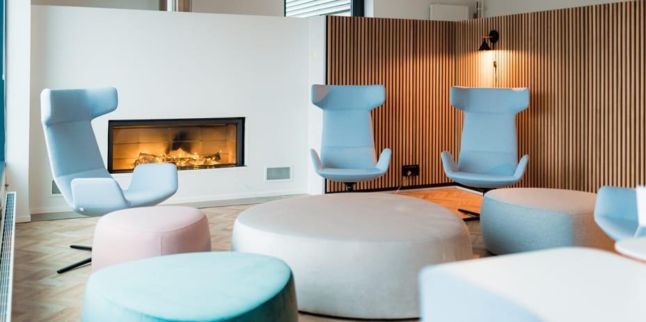 Näyttävät sauna- ja kattoterassitilat tarjoavat mahdollisuuden isommankin porukan saunottamiseen.