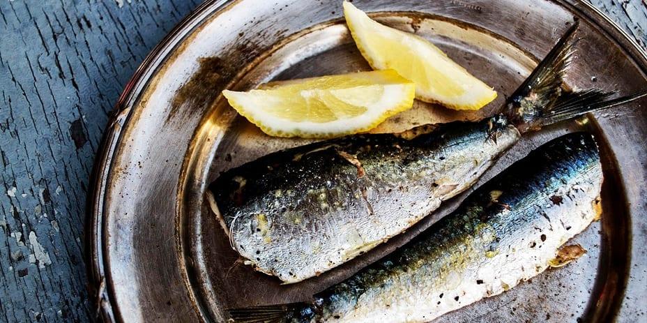 Hopeisella lautasella on Itämerestä pyydettyä kalaa sekä sitruunalohkoja.
