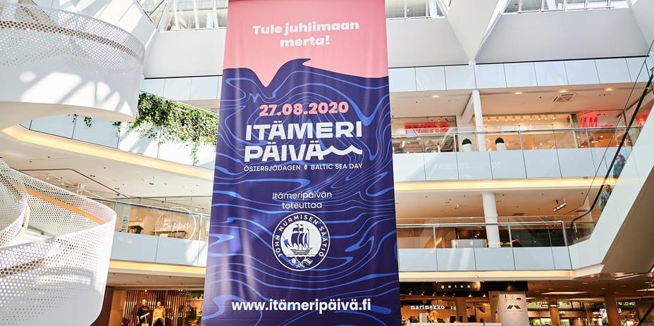 Itämeri-jättibanneri ulottuu Forumin valopihalla ylimmästä kerroksesta alimpaan kerrokseen asti.