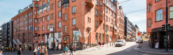 Koiton talo sijaitsee Yrjönkadun ja Simonkadun risteyksessä.